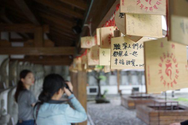 花莲庆修院长廊悬挂信众祈愿卡,系上对亲友的关爱祝福。(李怡欣/大纪元)