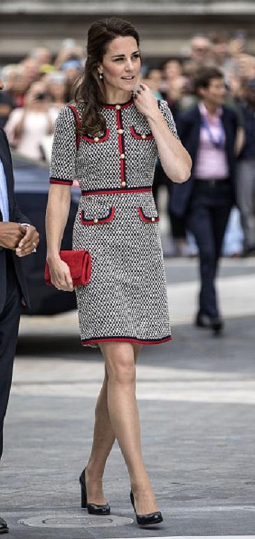 凱特王妃(右)在倫敦出席展覽開幕活動,身穿Gucci斜紋軟呢洋裝,與在中國北京出席電影首映會的中國女星楊冪(左)撞衫。(Photo credit should read RICHARD POHLE/AFP/Getty Images)