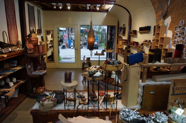 Uma皮革工艺坊位于花莲市区节约街,小小的店面展示各种功能用途、图腾花适的手工皮件,并提供教学与体验。(李怡欣/大纪元)