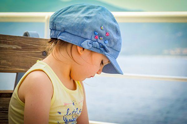 有许多孩子都很害羞,但害羞对孩子来说不是一种负面的品质。家长需要理解害羞这个词的真正含义,因为你的态度可以影响到是帮助孩子还是对孩子的性格发展造成障碍。(Pixabay.com)