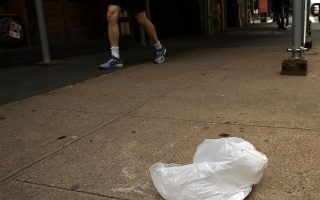 對於在公共場所喝酒、便溺、噪音、亂丟垃圾等根據刑事法律構成違法的行為,在處理上改為可開出民事傳票,代替刑事控罪。 (Spencer Platt/Getty Images)