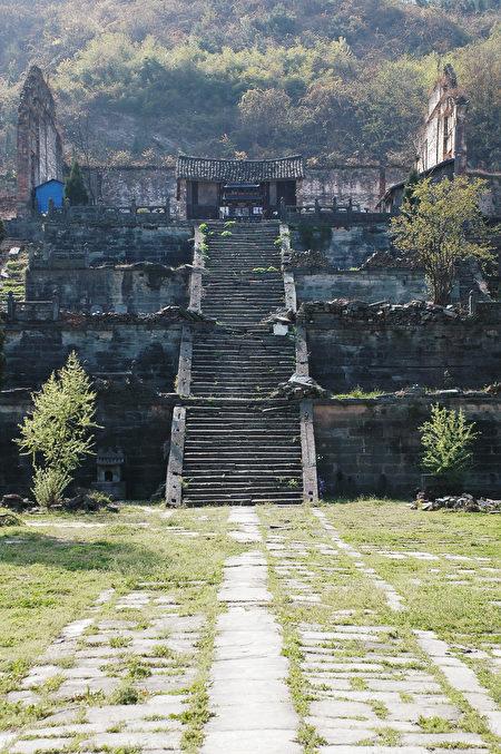 五龙宫是武当山建筑群中最早的八宫之一,现存宫门、九曲红墙、碑亭及泉池、古井等遗迹。(大纪元资料室)