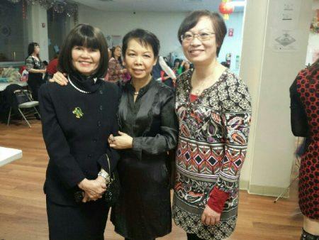 Myra Moy-Chau(左一)与护士同行在活动中。
