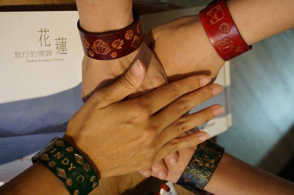 """在花莲Uma皮革工艺坊,我们一起为这场旅行亲手制作皮革手环,好姊妹情感永不变,""""下一次,还要相约出游喔!""""。(李怡欣/大纪元)"""