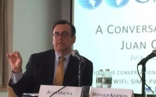 前司法部移民审查办公室主任、前BIA主席Osuna到纽约讨论移民问题。 (施萍/大纪元)