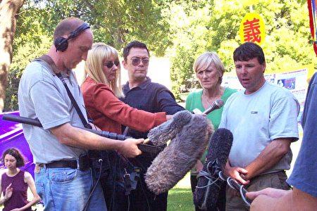 2002年3月9日,Jan Becker抵达澳洲墨尔本后在Flagstaff Gardens公园接受澳洲多家媒体采访。(Jan Becker提供)