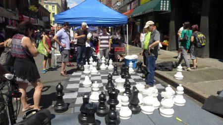 华埠漫游节上,一些人在玩象棋。