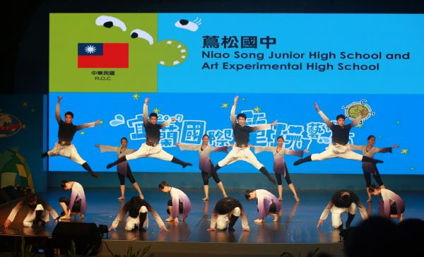 茑松国中学生演出〈中国古典舞风升水起〉。(曾汉东/大纪元)