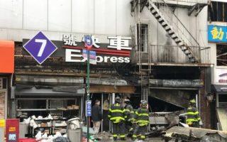法拉盛罗斯福大道大火后,受灾商家店铺满目苍夷,图为政府工作人员在第二天清理现场。 (林丹/大纪元)