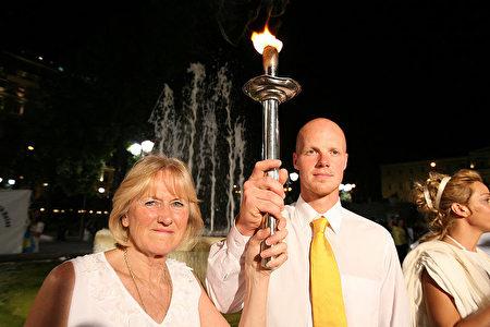 2007年8月9日,澳洲人权圣火传递大使Jan Becker(左) 和奥运名将Martins Rubenis共举人权圣火。(Jan Becker提供)