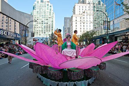 圖說:溫哥華150週年國慶大遊行中,法輪大法隊伍的花車如出水芙蓉。(攝影:大宇/大紀元)