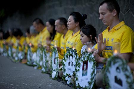 图说:2017年7月19日晚,温哥华部分法轮功学员来到中共驻温哥华总领馆前,烛光悼念被中共迫害致死的法轮功学员。(大宇/大纪元)