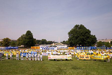 7月20日,美國部分法輪功學員在國會山前舉行集會,聲援2億7千萬民眾退出中共黨團隊。(戴兵/大紀元)