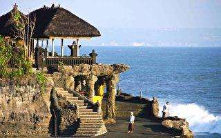 西澳人青睐的海外旅游地点,印尼排名第三。图为印尼巴厘岛的著名景点海神庙。(林文责/大纪元)
