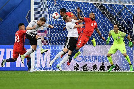 德國隊5戰4勝1平,保持不敗奪冠。圖為德國與智利在決賽中的比賽瞬間。 (FRANCK FIFE/AFP/Getty Images)