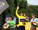 2017环法大赛,英国车手弗鲁姆(中)第四次夺冠;哥伦比亚车手乌兰(左)总成绩位居第二,法国人巴代排在第三。(Chris Graythen/Getty Images)
