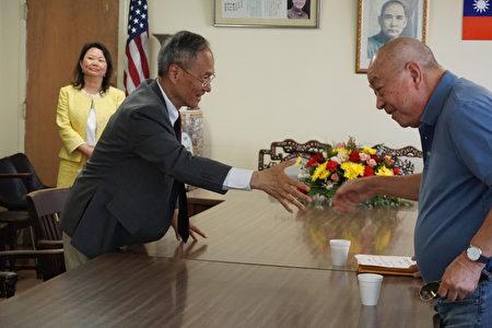 吳新興與吳來蘇握手。(溫文清/大紀元)