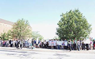 7月3日早上10點前,至少兩百名華人到現場集會,要求還瑩穎及家人正義。(溫文清/大紀元)
