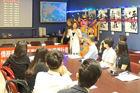 图:台湾文化导览志工陈逸玲在向同学们介绍侨胞向美国社会介绍台湾的努力。(易永琦/大纪元)