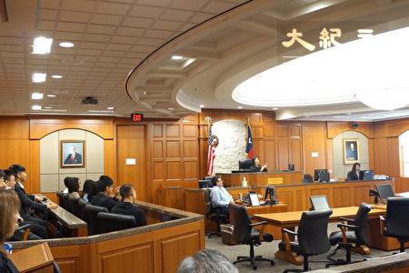 来自台湾多所大专院校的12位见习团青年应邀坐在法庭的陪审团席(左侧),近距离旁听哈里斯郡华裔民事法官张文华审理案件的过程。(易永琦/大纪元)