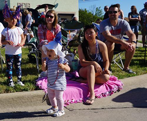图:2017年7月4日,美国密西根根奥克拉郡克劳森- 特洛伊举行国庆节游行庆祝活动,上万观众观看,她也如此地激动和兴奋。(林慧心/大纪元)