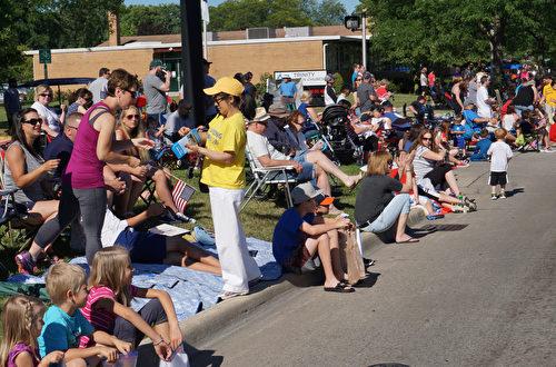 2017年7月4日,密西根州部分法轮功学员们以花车、唐鼓队和仙女队的游行方阵参加了克劳森- 特洛伊国庆节游行,亮丽的色彩、平和的功法演示和学员们的精神面貌,都让沿途的观众耳目一新。掌声和欢呼声此起彼伏,在观看游行中也纷纷接过法轮功真相传单。(林慧心/大纪元)