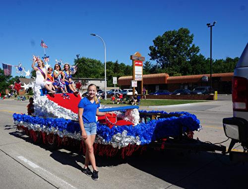 2017年7月4日,参加美国密西根根奥克拉郡克劳森- 特洛伊国庆节游行的团队。(林慧心/大纪元)
