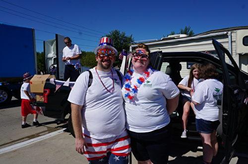 图:2017年7月4日,美国密西根根奥克拉郡克劳森- 特洛伊举行国庆节游行庆祝活动,上万观众观看。(林慧心/大纪元)