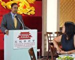 伊州联邦众议员拉贾受邀在芝加哥华商会午餐会上演讲,回答伊州众议员马静仪提问。(唐明镜/大纪元)