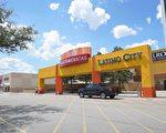 图:有浓厚拉丁裔色彩的PlazAmericas购物商场内半数以上店面长期空置。(徐大宇/大纪元)