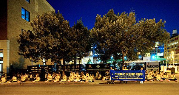 2017年7月15日周六晚,法轮功学员烛光守夜,悼念被迫害致死的中国大陆法轮功学员。(David Yang/大纪元)