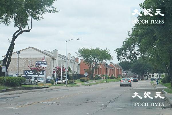 图:与中国城紧邻的Club Creek路全程不到半英里,却有二十一个经济公寓区遍布在道路两侧。(易永琦/大纪元)