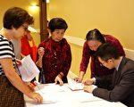圖:中華保健中心健康日上民眾積極了解信息。(易永琦/大紀元)