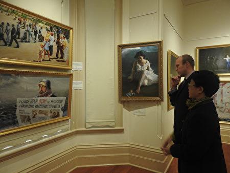 恩利市长克莱恩(Lachlan Clyne)先生在观赏画展作品。(刘珍/大纪元)