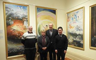恩利市長克萊恩(Lachlan Clyne)先生(右二)和部分畫展主辦方成員合影。(劉珍/大紀元)