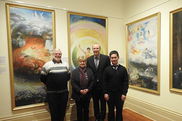 恩利市长克莱恩(Lachlan Clyne)先生(右二)和部分画展主办方成员合影。(刘珍/大纪元)