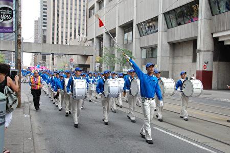 7月21日,加拿大東部近千法輪功學中聚集多倫多,舉行集會和遊行,紀念反迫害18週年。(伊鈴/大紀元)