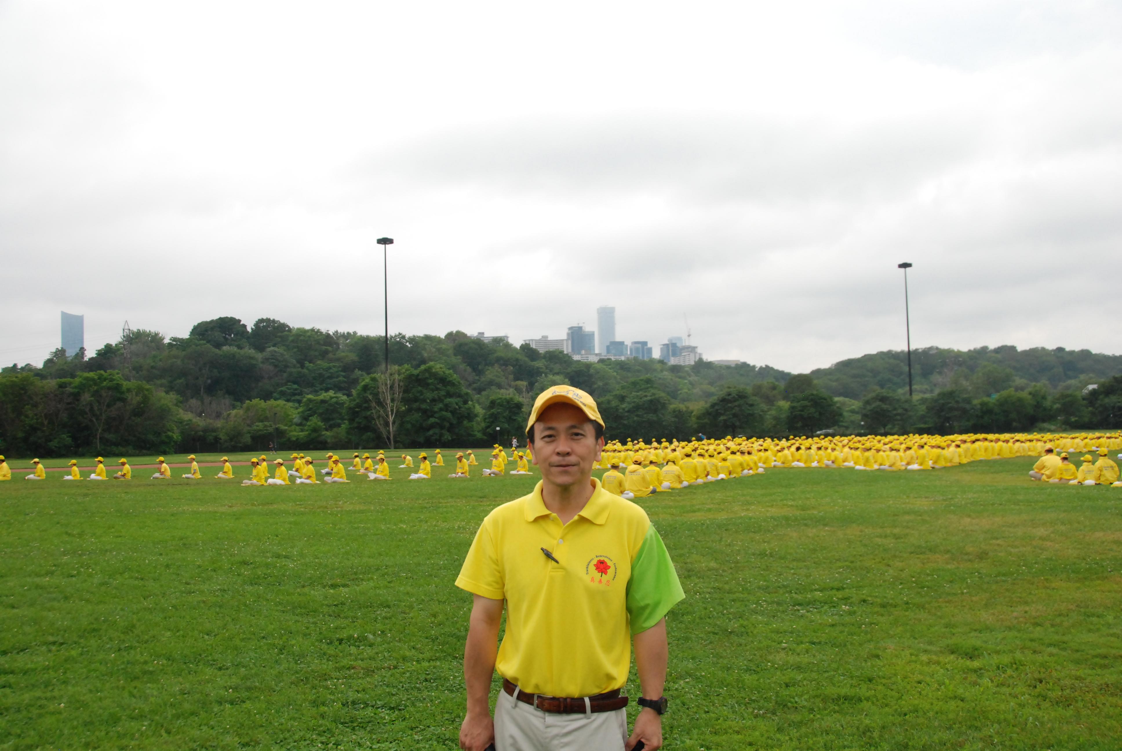 刘先生称,排字是为了弘扬法轮大法的美好。(伊铃/大纪元)