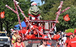 三文魚吉祥物在裝點著楓葉旗、彩旗、綵帶及喜慶的人們簇擁下出現在街頭。 (唐風/大紀元)