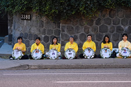 图: 温哥华部分法轮功学员纪念720反迫害17周年,在中领馆前烛光悼念,并打横幅告诉世人真相。 (唐风/大纪元)