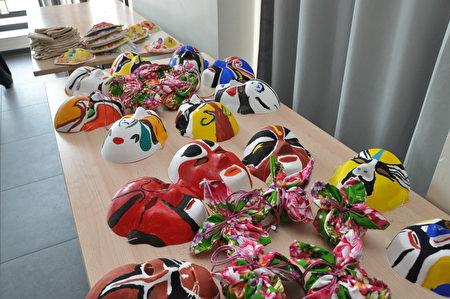 侨务委员会文化巡回教师罗先福指导DIY的国剧脸谱等民俗艺术品。(驻法国台北代表处提供)