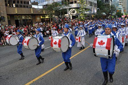 圖說:溫哥華150週年國慶大遊行中,遊行隊伍各顯風采。(攝影:唐風/大紀元)