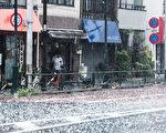 7月18日,日本關東大片地區都遭到暴雨侵襲,東京都中心更是有大量冰雹伴隨著雷鳴打下。(野上浩史/大紀元)