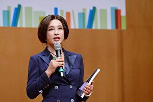 """刘晓庆21日现身香港书展,并主持讲座题为""""笑对生命落差,不怕从头再来""""。(宋碧龙/大纪元)"""