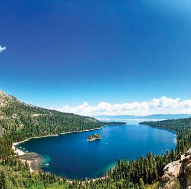 4. 太浩湖 (Lake Tahoe) 位于美国加利福尼亚 州和内华达州,是北 美最大的高山湖泊。(Shutterstock)