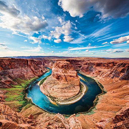 蹄铁湾 (Horseshoe Bend) 是科罗拉多河靠近美国亚 利桑那州佩吉市的一个马 蹄形弯曲,坐落在格伦峡谷水坝和鲍威尔湖的下游。(Shutterstock)