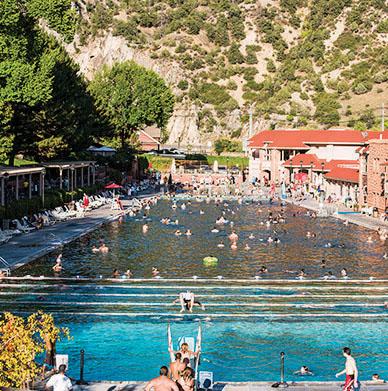 格伦伍德温泉(Glenwood Springs) 泉水富含盐类矿物, 能 舒缓工作疲惫, 或在水 温36 ℃游泳池中畅游一 番,都会有不错的感受。(Shutterstock)