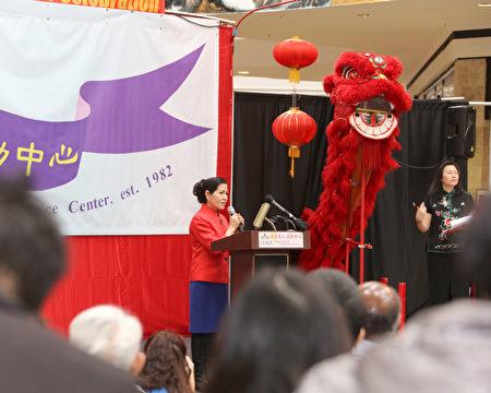 霍根夫人参加华人社区的新年欢庆活动。(马州州长办公室提供)