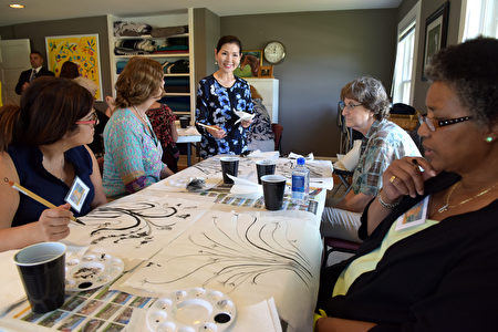 有美‧霍根在康復中心教授繪畫。(馬州州長辦公室提供)