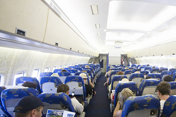 日本一名老人最近携带妻子的骨灰搭乘飞机回故乡,受到航空公司的感人礼遇。图为某航空公司的客舱。(Fotolia)